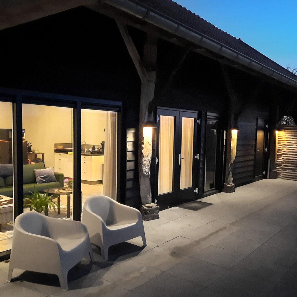 Het riante terras van vakantiewoning Onder de Schoppe om heerlijk tot rust te komen.