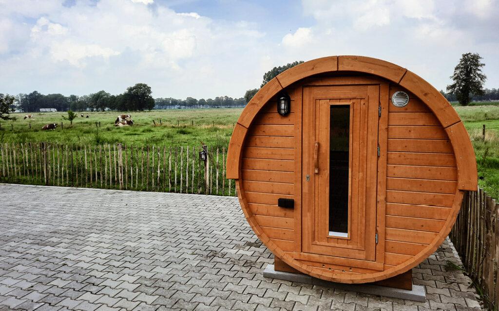 Boek onze bijzondere Finse saunabarrel als optie bij uw verblijf.
